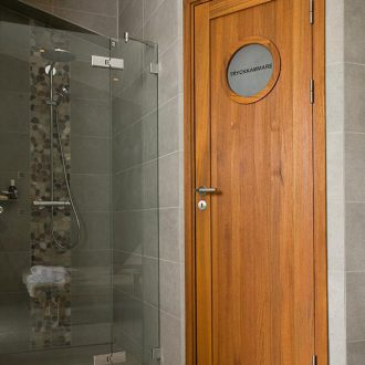 bovalls_inspiration_innerdorrar_ramso-runt-glas-teak-badrum