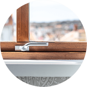 Detlaj på fönsterbeslag